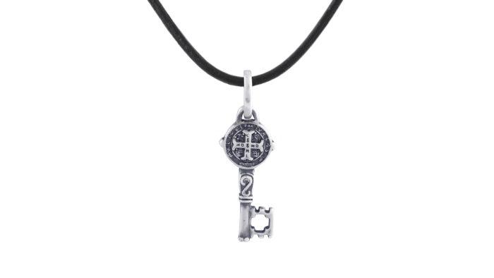 Медальон със сребърен ключ и черна естествена кожа